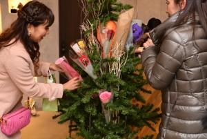 お客様たちが一輪ずつ持ってきてくれたお花が集まってます